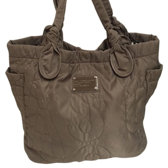 806ec8fd3496 Marc Jacobs Standard Supply Signature Tote Bag. M 5b0f18aa5512fdb765444259
